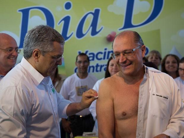 Alckmin recebe vacina do ministro da Saúde, Alexandre Padilha (Foto: Adriana Spaca/Brazil Photo Press/Estadão Conteúdo)