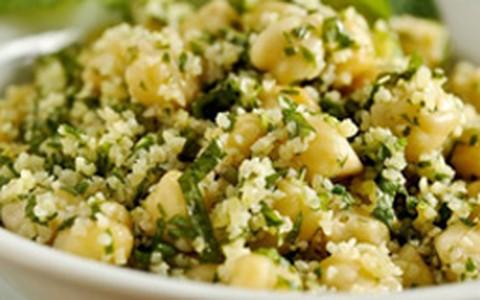 Salada de bulgur com grão-de-bico