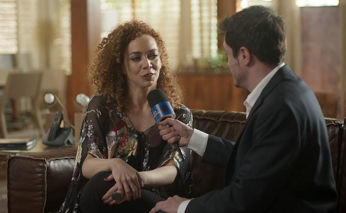 Laila dá entrevista na casa de Gordo (Foto: TV Globo)