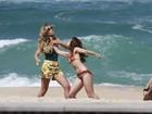 Juliana Didone grava cenas de briga e beijo na praia