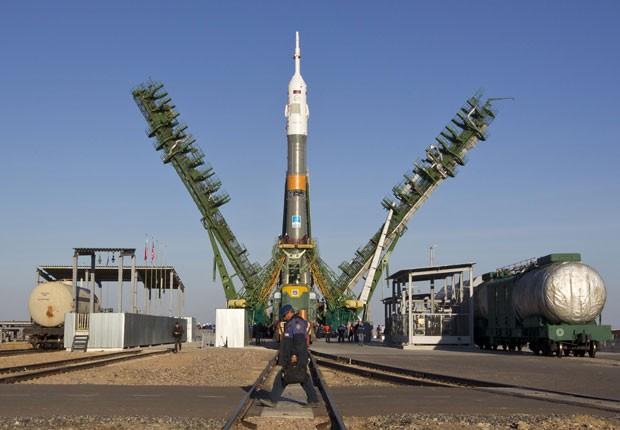 O foguete espacial Soyuz foi erguido neste domingo no cosmódromo de Baikonur, no Cazaquistão (Foto: Shamil Zhumatov/Reuters)