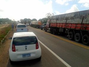 Em Macaíba, trânsito está parado na Reta Tabajara (Foto: Carlos Júnior/A Voz de Areia Branca )