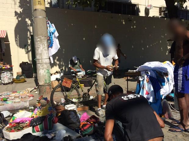 Homem vende bicicleta por R$ 60 em feira (Foto: Matheus Rodrigues/ G1)