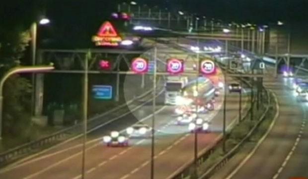 Caminhão dirige na contramão em autoestrada britânica (Foto: BBC)