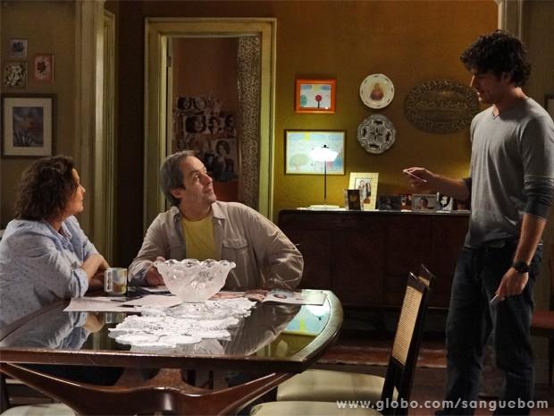 Bento conta para Gilson e Salma que irmã de Amora mandou um cartão-postal (Foto: Sangue Bom/ TV Globo)
