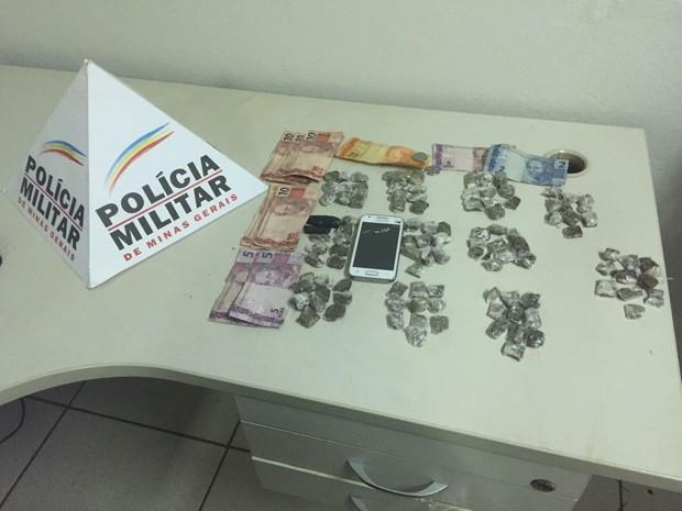 Dinheiro e maconha foram aprendidos em abordagem na Vila Betânia (Foto: Polícia Militar)
