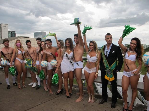 Modelos vestindo roupas íntimas posam para fotos na Rodoviária de Brasília (Foto: Lucas Salomão/G1)