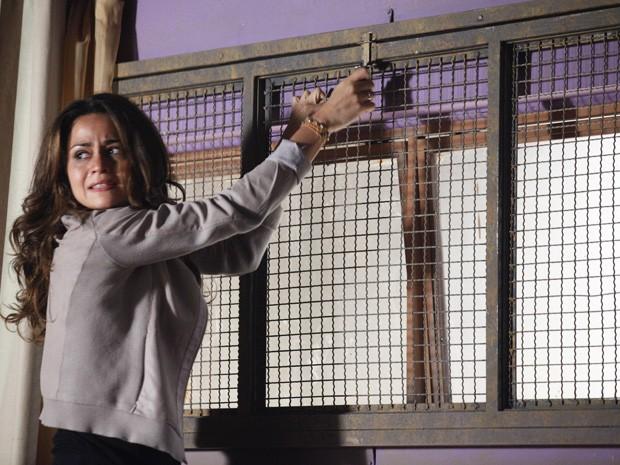Morena tenta fugir desesperadamente (Foto: Salve Jorge/ TV Globo)