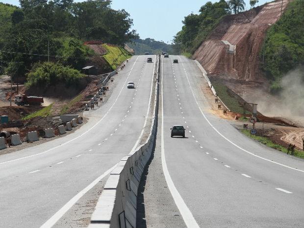 Trecho do km 20 da Tamoios ap�s as obras de duplica��o da pista; a �nica semelhan�a � o ponto de �nibus e o acesso em n�vel.ntos.G1 (data18.12.2013) (Foto: Carlos Santos/G1)