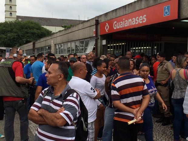 Passageiros em frente à estação Guaianases da CPTM, que foi fechada após suspeita de bomba em São Paulo (Foto: Tatiana Santiago/G1)