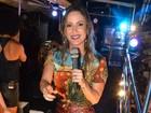 Claudia Leitte bota as pernas para jogo em micareta na Bahia