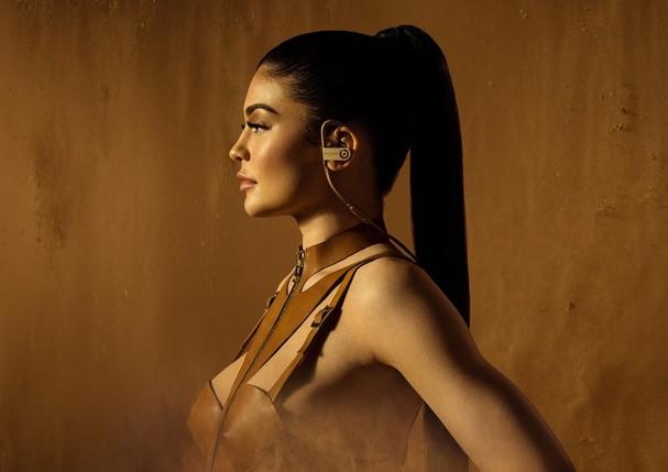 Kylie Jenner na campanha da Balmain Beats (Foto: Reprodução)