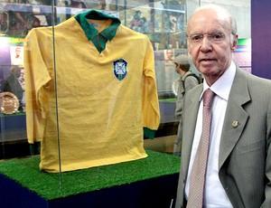 Zagallo posa ao lado da camisa da Seleção de 1962 (Foto: Marcos Alves / Ag. O Globo)
