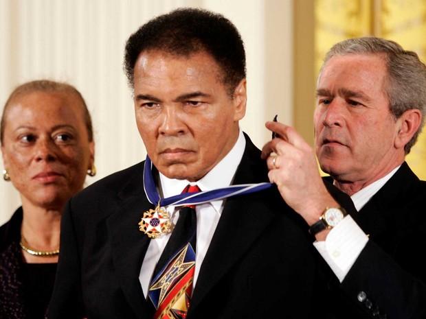 Ali é homenageado pelo então presidente dos EUA, George W. Bush, em 2005 (Foto: Kevin Lamarque / Arquivo / Reuters)