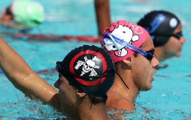 Atletas utilizam exóticas toucas de banho nas provas de nataçao das Olímpiadas Escolares (Foto: Wagner Carmo / COB)