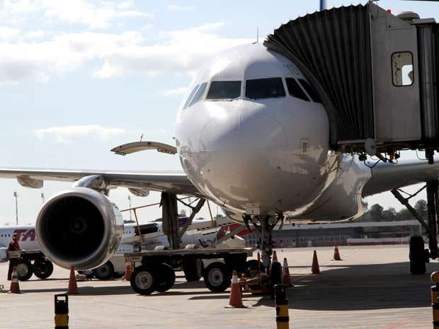Avião  posicionado para receber passageiros no Aeroporto JK, em Brasília (Foto: Vianey Bentes/TV Globo)