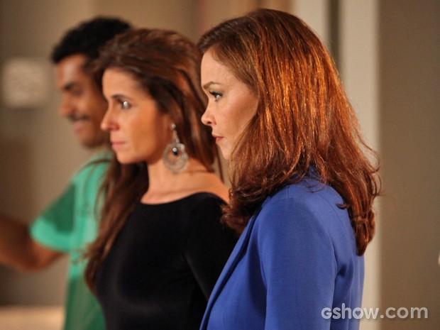Helena e Clara ficam sem graça diante da presença de Luiza e Cadu (Foto: Camila Camacho/ TV Globo)