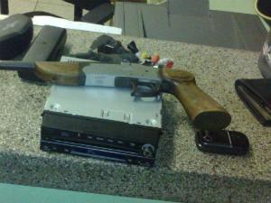 Dinheiro, arma e objetos pessoais foram apreendidos pela Polícia Militar. (Foto: Divulgação / Polícia Militar de Boituva)