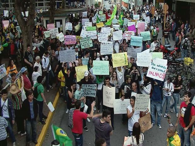 Manifestação reuniu cerca de 8 mil pessoas em Itajubá (Foto: Reprodução EPTV)