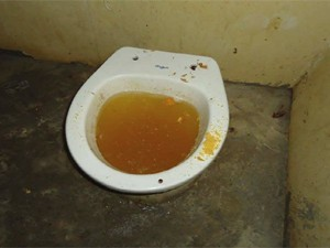 Vaso sanitário da cela estava entupido (Foto: Divulgação/CEDH-PB)