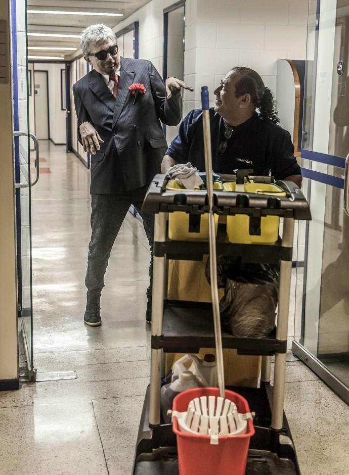 Cantor Falcão brinca de morto em Tomara que Caia (Foto: Artur Meninea/Gshow)