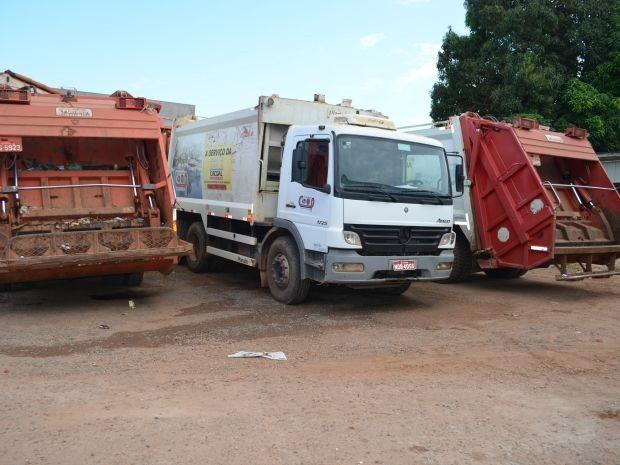 Caminhões de lixo e garis estão parados  sem realizar a coleta  (Foto: Magda Oliveira/G1)