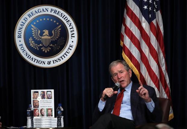 George W. Bush discute seu novo livro Reagan Presidential Library (Foto: Justin Sullivan/Getty Images)