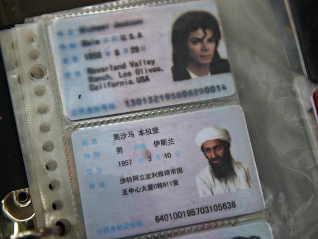 Carteiras de identidade com fotos do terrorista Osama bin Laden e o músico Michael Jackson são vendidos na China (Foto: Greg Baker/AFP)