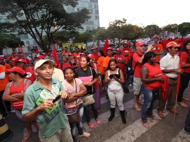 Manifestantes em frente ao prédio do Ministério de Minas e Energia (Foto: MST/Divulgação)