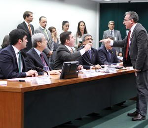 O presidente da CPI da Petrobras, deputado Hugo Motta (PMDB), discute com o deputado Edmilson Rodrigues (PSOL) (Foto: Gabriela Korossy / Câmara dos Deputados)