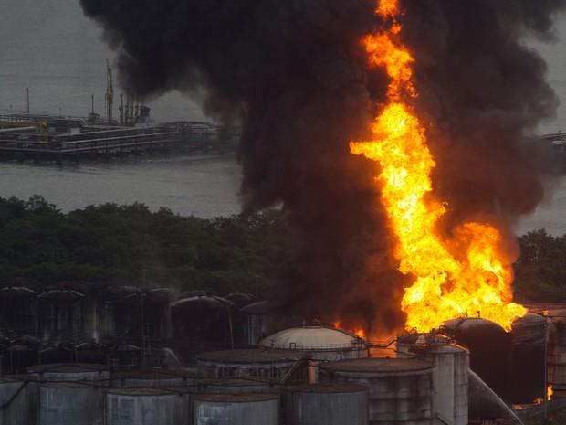 Santos incêndio tanques noite (Foto: Flavio Hopp/Brazil Photo Press/Estadão Conteúdo)