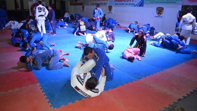 Alunos tiveram um tempo para praticar os ensinamentos repassados (Foto: Tércio Neto/GloboEsporte.com)