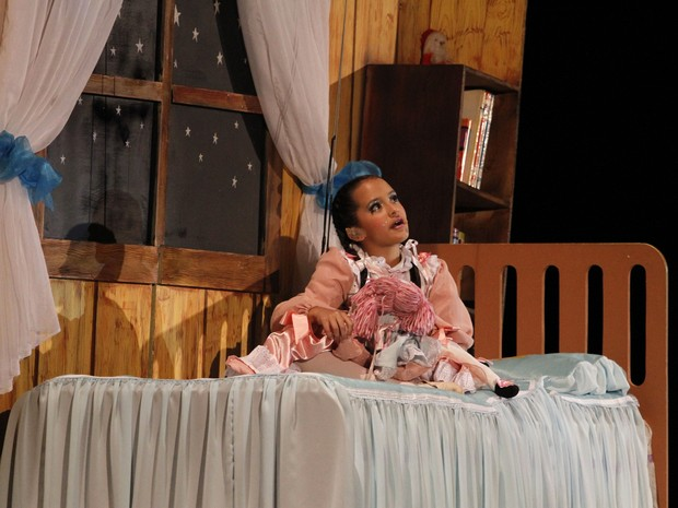 Na peça, a pequena Sofia é levada por um anjo até a Fantástica Fábrica (Foto: Cleiton Thiele/SerraPress)
