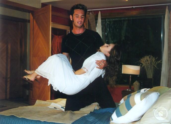 Uma das cenas que marcou Sandy foi a que Carlos Charles dopou Cristal, para tentar engravidá-la (Foto: CEDOC / TV Globo)