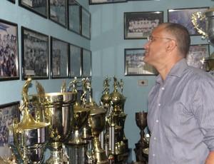 Oliveira Canindé visita sala de trofeus do CSA (Foto: Caio Lorena/GLOBOESPOTE.COM)