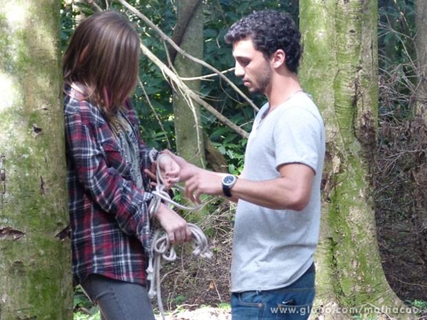 A marrentinha é esperta, glr! A Lia vai mandar um papo pro Sal e o bad boy vai soltá-la! (Foto: Malhação / Tv Globo)