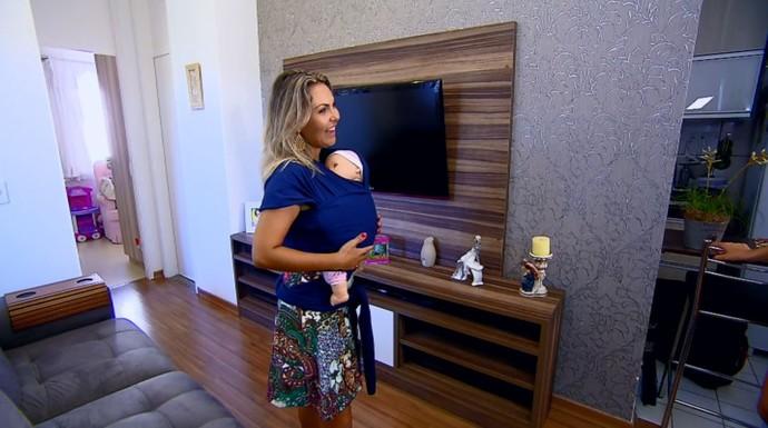 A consultora de sling Luciana Faro mostra no 'Mais Caminhos' como amarrar os panos para levar os bebês (Foto: reprodução EPTV)