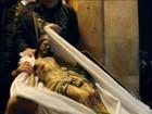 Fiéis acompanham sepultamento simbólico de Jesus em Jerusalém