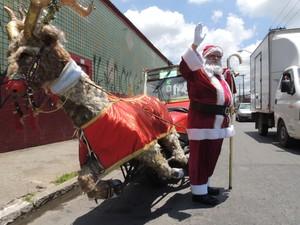 Papai Noel acenou para os motoristas (Foto: Douglas Pires/G1)