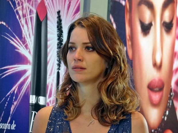 Laura fica pensativa após declaração de Marcos (Foto: Gabriela Duarte / Gshow)