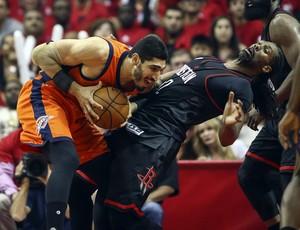 Nenê cava a falta de ataque no duelo com Enes Kanter (Foto: Reuters)