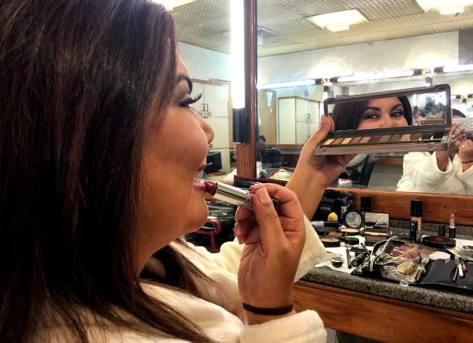 Fabiana Karla conta os seus segredos de maquiagem nos bastidores do Tomara que Caia (Foto: Artur Meninea/Gshow)