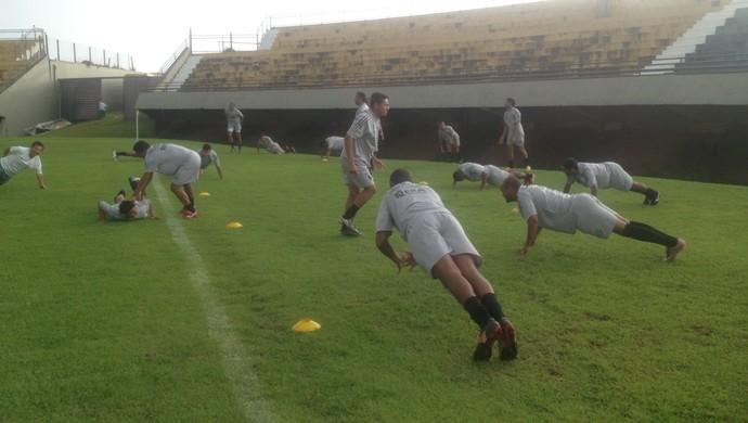 Jogadores do Tocantinópolis fazem abdominais em trabalhos físicos  (Foto: Camila Rodrigues/GloboEsporte.com)