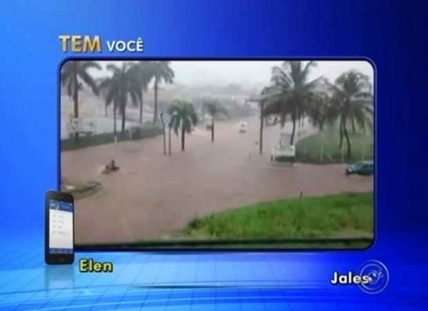 Moradores de Jales registram alagamento em avenida após chuva forte (Foto: Reprodução / TV TEM)