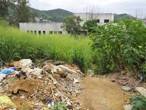 Pátio tem lixo acumulado no Espírito Santo (Foto: Guilherme Ferrari/ A Gazeta)