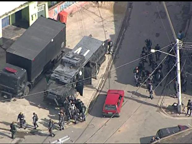 Policiais do Batalhão de Choque ocupam favela do Chapadão, no Subúrbio (Foto: Reprodução/ TV Globo)