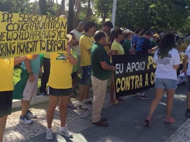 Manifestantes exibem cartazes de apoio ao juiz Sérgio Moro e à Polícia Federal (Foto: Renato Vasconcelos/G1)