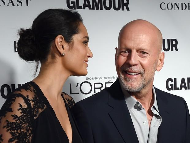 Bruce Willis e a mulher, Emma Heming, em premiação em Nova York, nos Estados Unidos (Foto: Timothy A. Clary/ AFP)