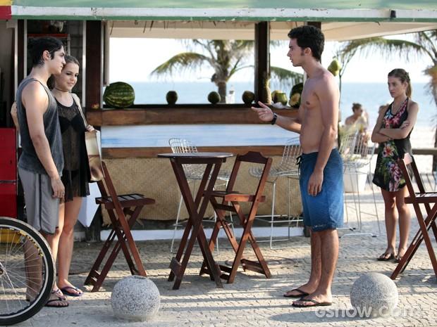 Ben e Sofia surpresos ao ver o novo casal  (Foto: Pedro Curi / TV Globo)