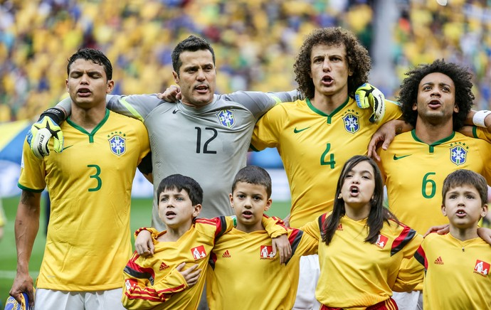 jogadores hino Brasil x Camarões (Foto: Thiago Bernardes / Ag. Estado)